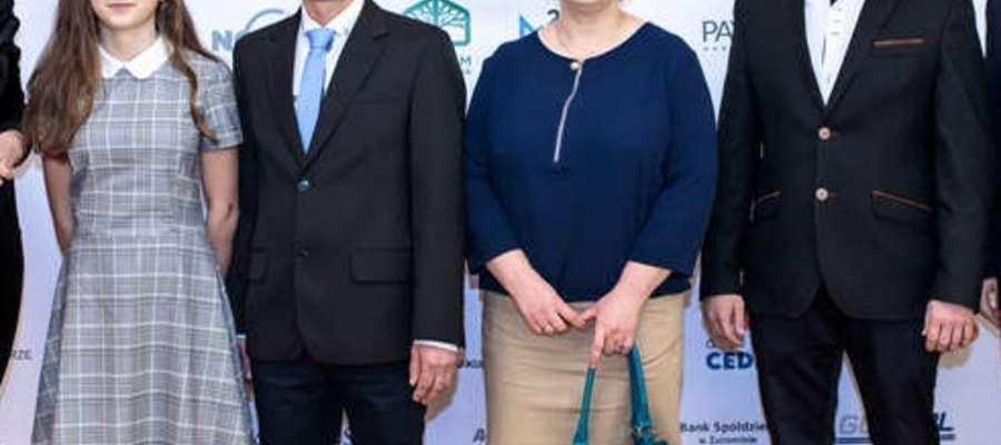 Kasia Jeryng (po lewej) z rodzicami oraz trenerem Marcinem Sokołem