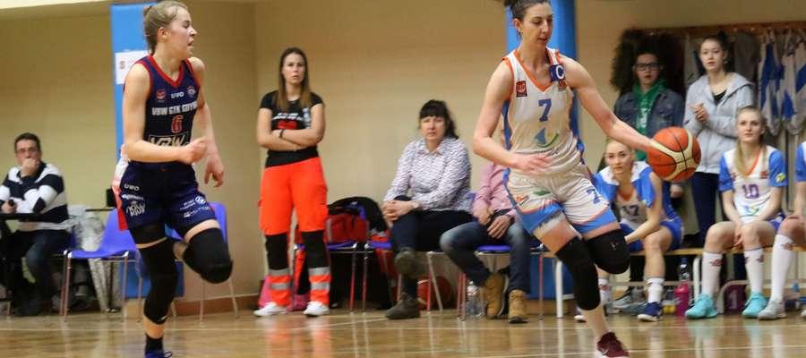 Z piłką biegnie Joanna Markiewicz