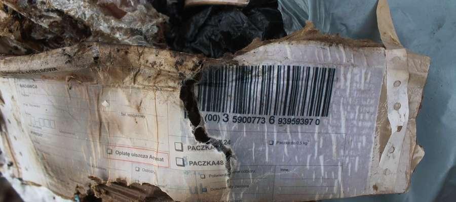 Kod kreskowy umożliwił ustalenie osoby, która nielegalnie wyrzuciła śmieci.