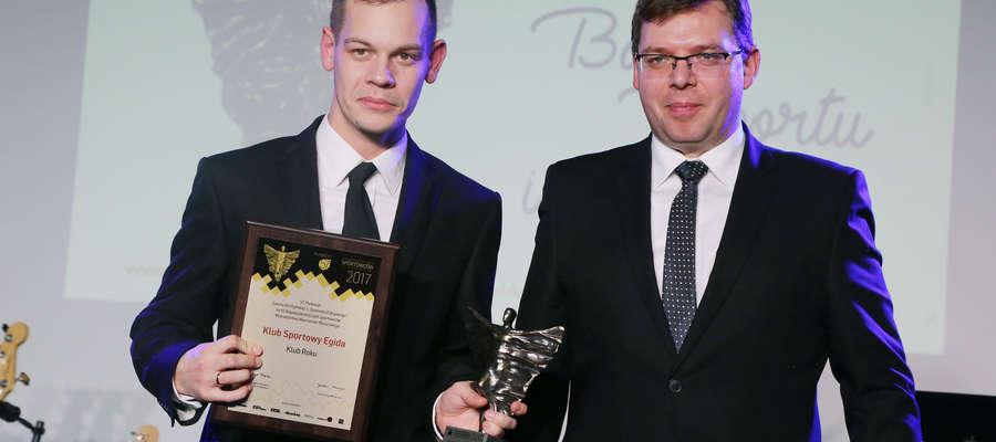 """Bartosz Zabłotny (z lewej) odebrał parę dni temu nagrodę dla Egidy za zwycięstwo w konkursie """"Gazety Olsztyńskiej"""" na Klub Roku (wręczał ją wojewoda Artur Chojecki)"""