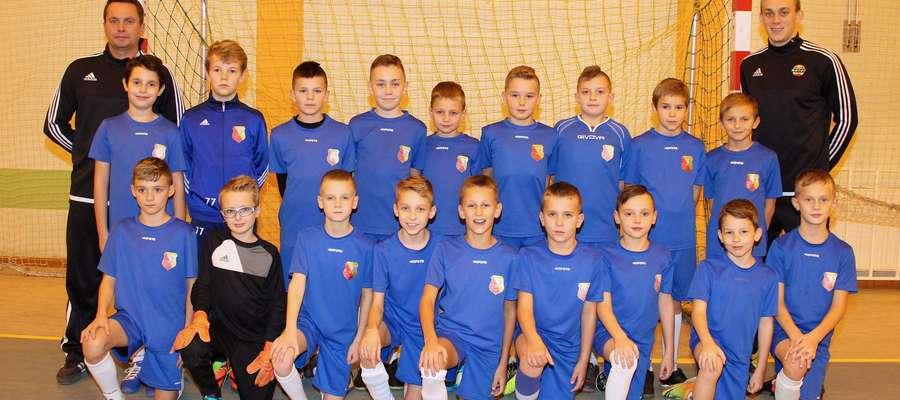 Grupa orlik (roczniki 2007-2008) wraz z trenerami Karolem Malinowskim i Łukaszem Lewalskim