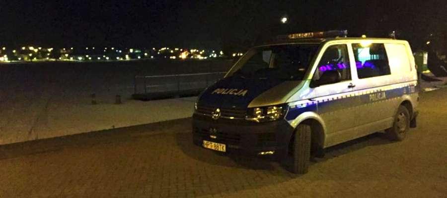 Pijany 48-latek wszedł na lód na Małym Jezioraku. Na brzeg wrócił w asyście policji