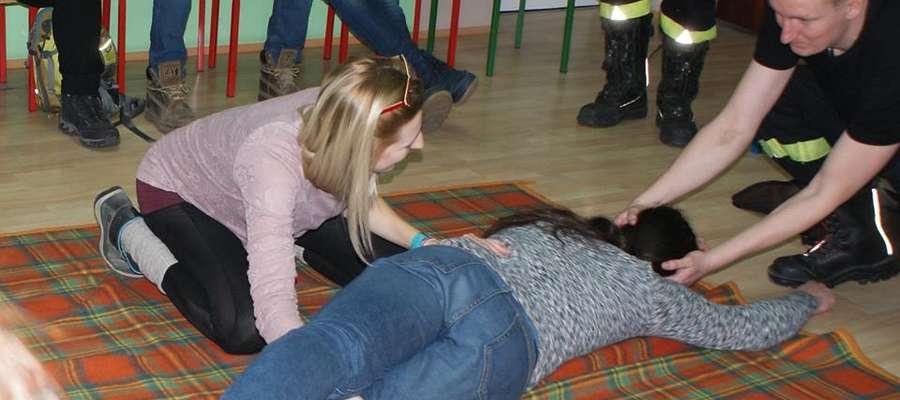 Uczestnicy szkolenia dowiedzieli się  jak należy reagować i jakie czynności podjąć, by pomóc drugiemu człowiekowi