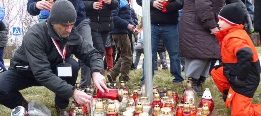"""1 marca o godzinie 17.00 na Rondzie im. """"Żołnierzy Wyklętych"""" Węgorzewie zostaną zapalone białe i czerwone znicze"""