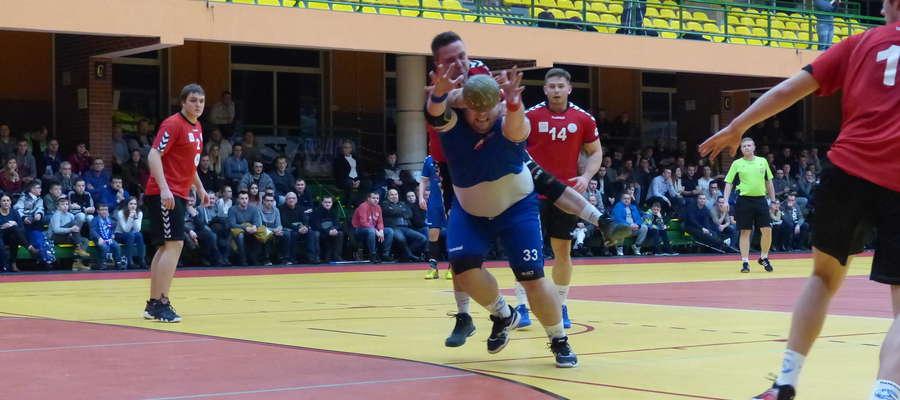Jak widać Maciejowi Malinowskiemu (Jeziorak Iława), najskuteczniejszemu zawodnikowi II ligi, piłka ręczna przesłania cały świat:)