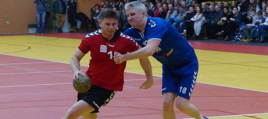 W obronie Grzegorz Baliński (tu akurat podczas meczu ze Szczypiorniakiem Olsztyn). Grający trener Jezioraka w Gryfinie rzucił pięć bramek, ale ujrzał też czerwoną kartkę
