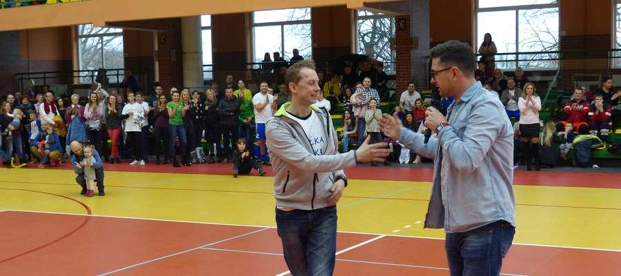 Łukasz Sółkowski przybija piątkę prowadzącemu sprzedaż gadżetów i pamiątek sportowych Tomaszowi Więckowi