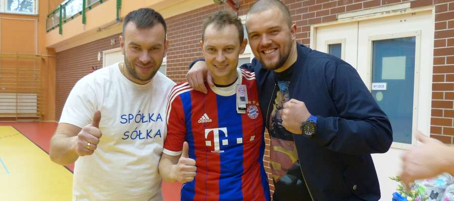 Łukasz Sółkowski (w środku) w koszulce Roberta Lewandowskiego, która została sprzedana dwa razy! (2 i 1,5 tys zł)