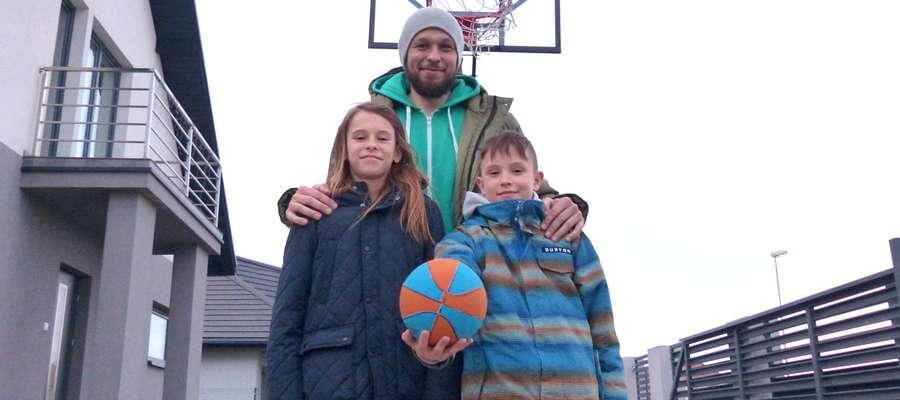 Marek Szmyciński ewidentnie przekazał swoim synom miłość i talent do koszykówki. Na zdjęciu Alan (z lewej) i Oliwier, a jest jeszcze najmłodszy Antoni, który pewnie podąży ich śladem