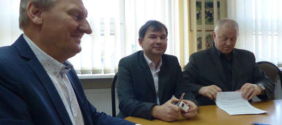 Od lewej wójt Krzysztof Harmaciński oraz przedstawiciele GKS-u Wikielec, Krzysztof Sadowski i Marian Szkamelski