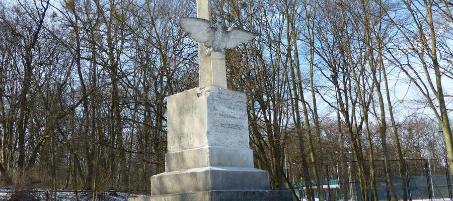 Tak aktualnie wygląda pomnik na stadionie miejskim w Iławie po usunięciu napisu. Jaka przyszłość czeka orła?