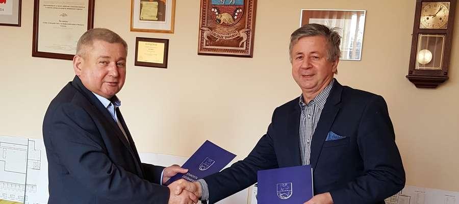 Fot. — Starosta Jan Harhaj oraz właściciel firmy STOLBUD Jan Podolak w trakcie podpisywania umowy na termomodernizację budynku przy ul. Wyszyńskiego 20 w Lidzbarku Warmińskim