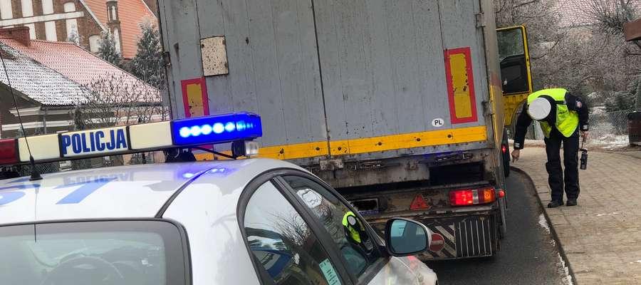 """Fot.—Policjanci ruchu drogowego prowadzą wzmożone działania kontrolne pod kryptonimem """"Truck - Bus""""."""