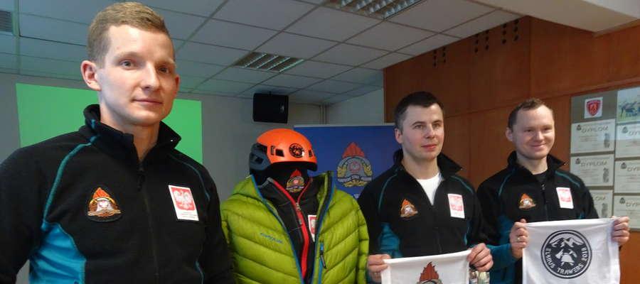 Asp. Michał Paszkowki, st. asp. Łukasz Prot i mł. asp. Paweł Zapadka prezentują wyposażenie alpinisty