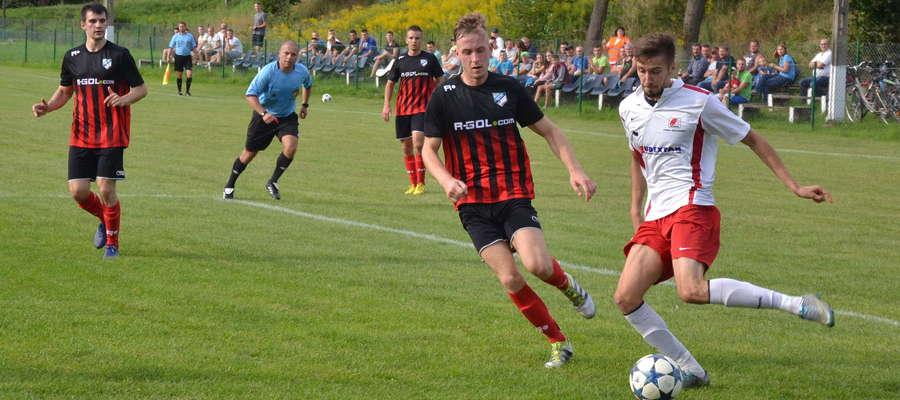 Jedną z bramek dla Tęczy strzelił Maciej Kozioł (z lewej)