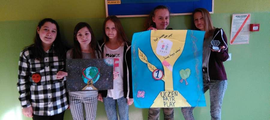 Uczennice SP 2 prezentują swoje prace