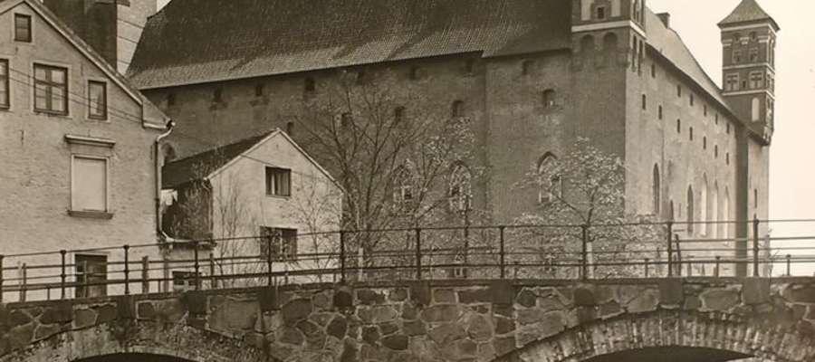 fot. — Lidzbarski zamek na starej fotografii z kolekcji Tomasza Piątka. Liczba mostów w Lidzbarku Warmińskim zadziwiła mała Krysię