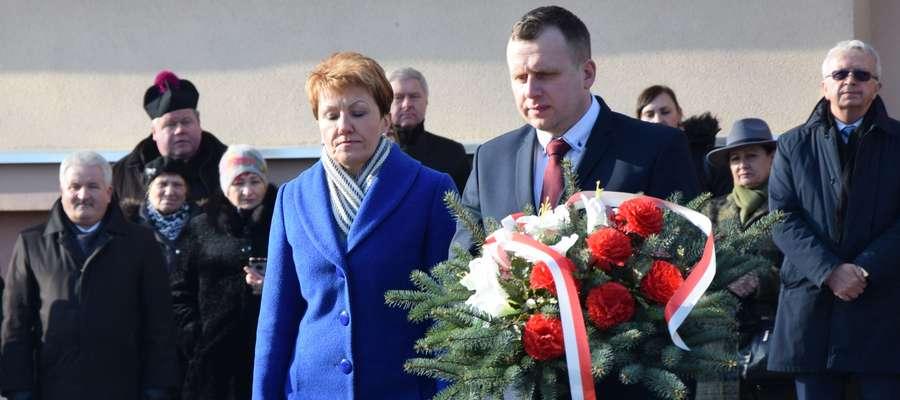 Delegacja szkoły złożyła kwiaty pod pomnikiem patrona
