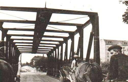 drewniany wiadukt nad torami, pierwsza połowa XX wieku