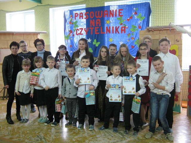 Uczniowie szkoły podczas występu