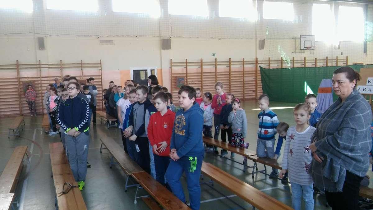 Podczas Drogi Krzyżowej na sali gimnastycznej