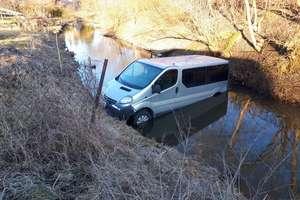 Pod Olsztynem samochód stoczył się wprost do rzeki [ZDJĘCIA, VIDEO]