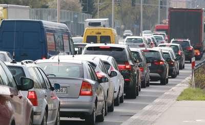 Coraz trudniej o korytarz życia na polskich drogach. Każdy kierowca powinien zobaczyć ten film! [VIDEO]