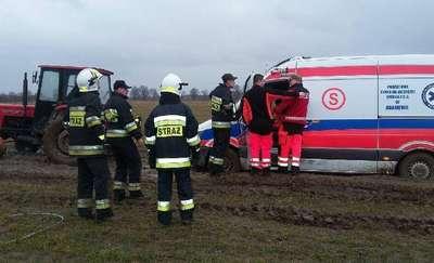 Tragiczny stan dróg w regionie: Karetka utknęła na kilka godzin w błocie