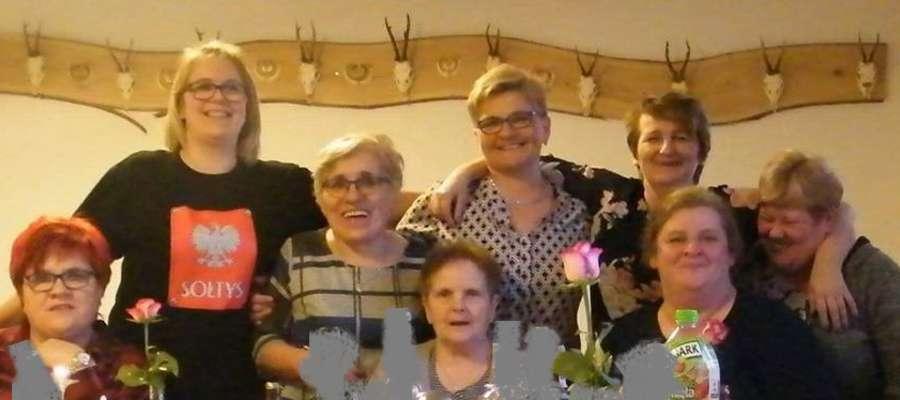 Fot.— Uśmiechnięte mieszkanki Wolnicy podczas obchodów Dnia Kobiet