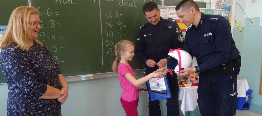 Policjanci odwiedzili Emilkę w szkole