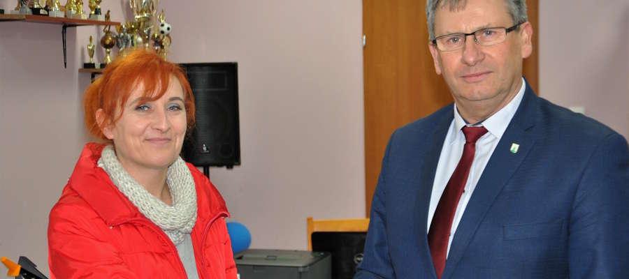 Nowa pani sołtys Gabriela Lichaczewska przyjęła gratulacje od burmistrza Susza Krzysztofa Pietrzykowskiego