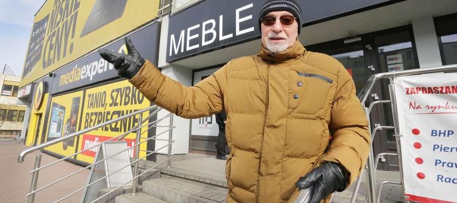 Sklep meblowy znajdował się przy skrzyżowaniu Dworcowej z Towarową. A przed sklepem znajdowała się społeczna kolejkowa grupa...