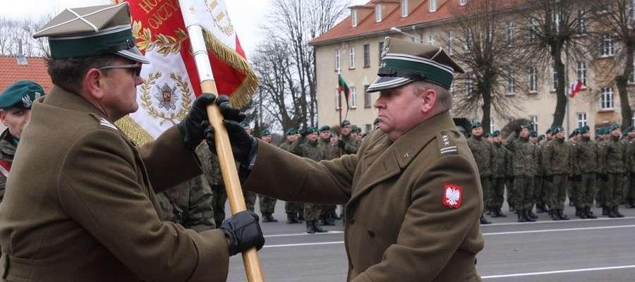 Kulminacyjnym momentem uroczystości było przekazanie sztandaru Jednostki Wojskowej i złożenie meldunku o przekazaniu dowodzenia Pułkiem