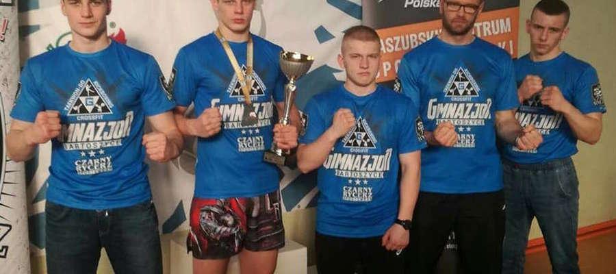 Kickbokserzy (i trener) Bartoszyckiej Szkoły Taekwondo w Kartuzach. Drugi z lewej mistrz Polski Sebastian Kuźniak
