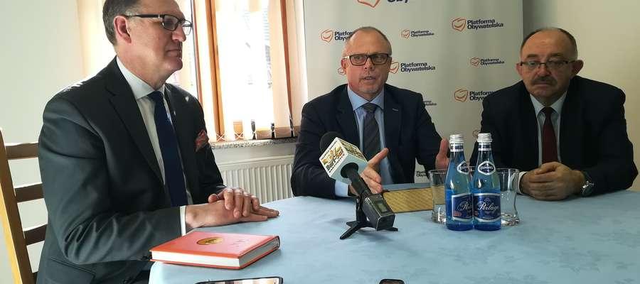 Uczestnicy konferencji prasowej, która 27 marca odbyła się w Bartoszycach (od lewej): starosta powiatu Wojciech Prokocki, poseł Jacek Protas i wicemarszałek województwa Miron Sycz