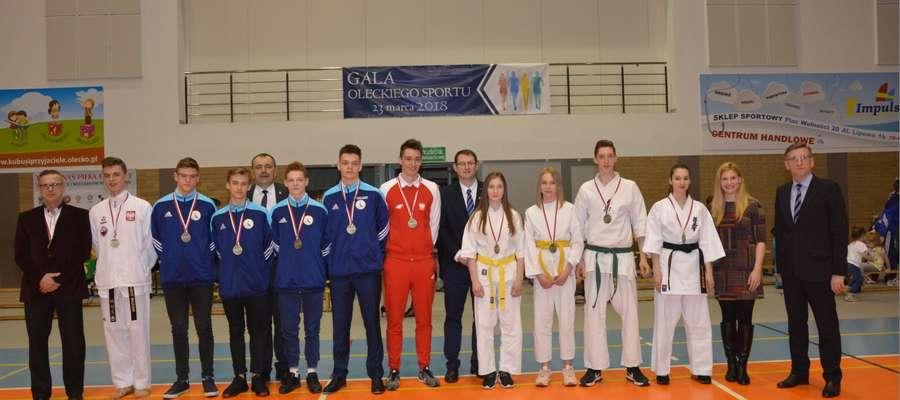 Oleccy sportowcy, którzy w 2017 roku odnieśli sukcesy sportowe w zawodach międzynarodowych, w towarzystwie władz samorządowych Olecka i powiatu oraz paraolimpijczyjków