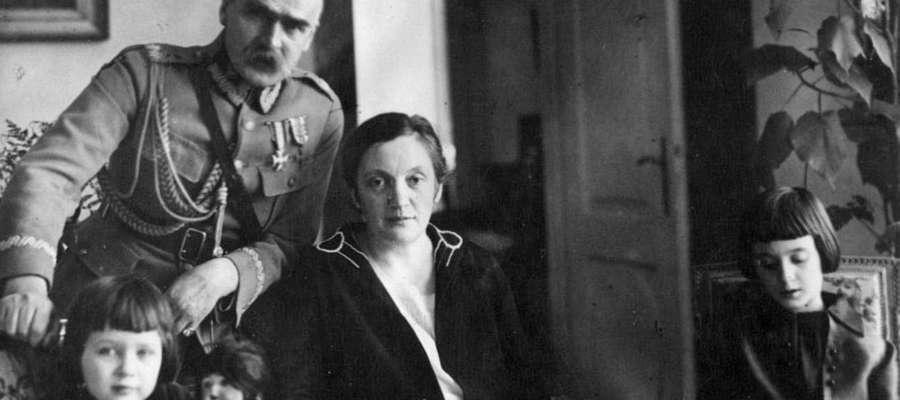 Marszałek Piłsudski z żoną i córkami