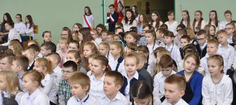 Uczniowie zebrali się w sali gimnastycznej