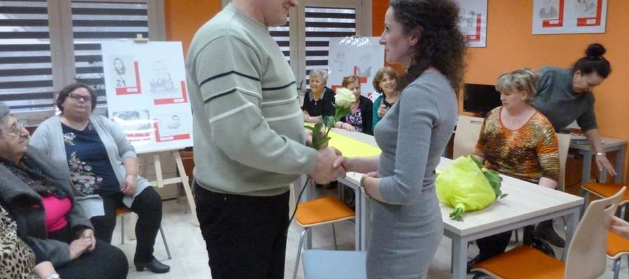 Zebrani gratulowali pani Sylwii pięknych szkiców