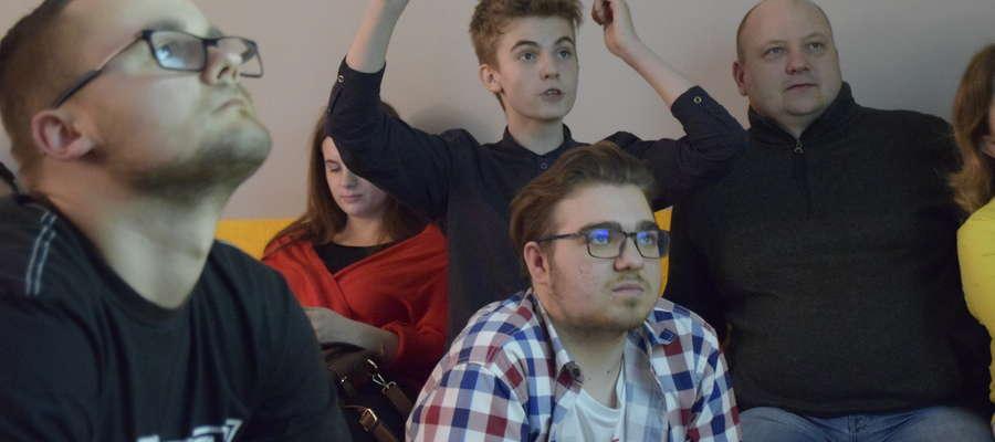 Emocje sięgały zenitu podczas finałów. Z podniesionymi rękoma mistrz Michał Rynkowski, który właśnie ogląda ważny z jego punktu widzenia mecz Peglau — Golder