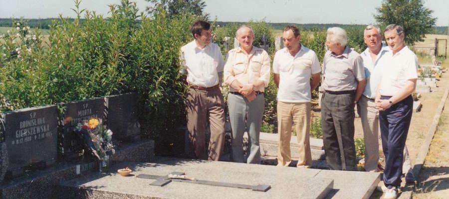 Przy grobie Antoniego Gierszewskiego stoją jego wierni przyjaciele: od lewej Eugeniusz Chomik, Witold Koprowski, Bogdan Czeszejko, Stanisław Kumórek, Zdzisław Kwiatkowski i Edward Bojko