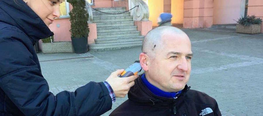 Tym pomysłem chciałem też komuś dać pewną możliwość wyżycia się na mnie i przejechania się po mojej głowie golarką - mówi Piotr Ambroziak