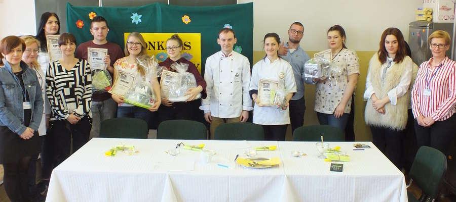 Finałowe zdjęcie uczestników konkursu, jury i organizatorów
