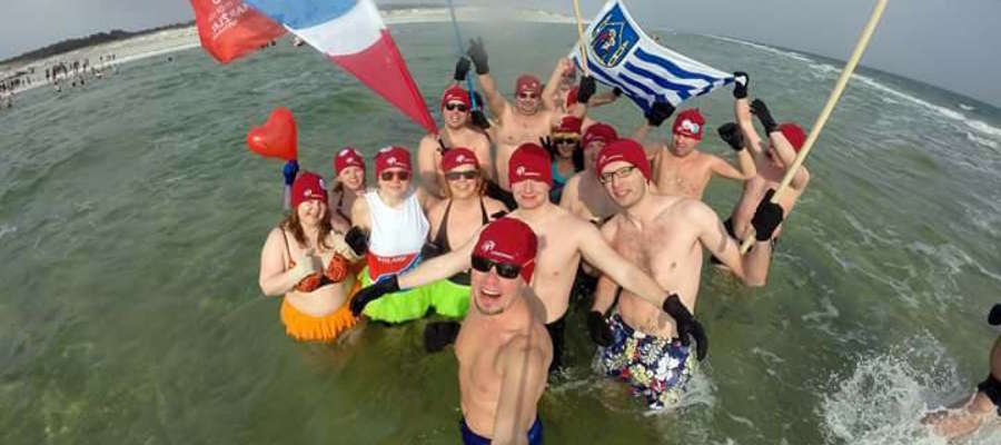 Ekipa z Iławskiego Klubu Morsów Lodowaci na Helu