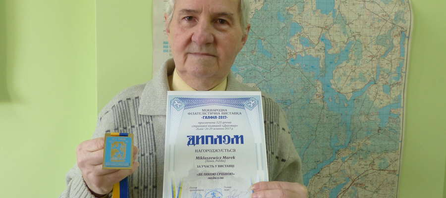 Marek Mikłaszewicz, filatelista z Iławy prezentuje dyplom i medal po wystawie we Lwowie