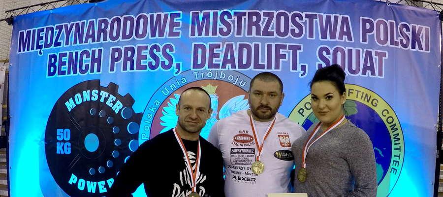 Medaliści mistrzostw Polski w trójboju siłowym (od lewej): Marek Remiszewski, Marek Makarewicz oraz Magdalena Pietkiewicz