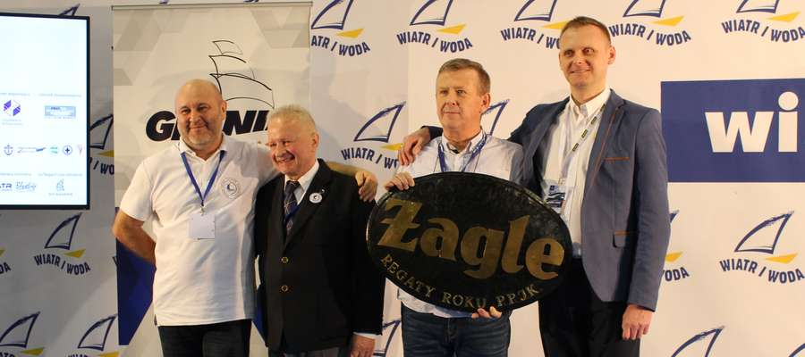 """Stanisław Kasprzak, właściciel przystani żeglarskiej Pod Omegą (trzeci z lewej) podczas targów""""Wiatr i Woda"""" 2018 odebrał nagrodę także w naszym imieniu"""