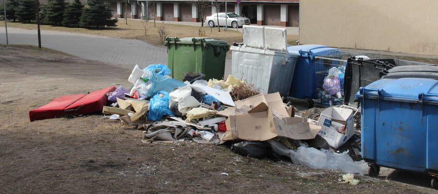 Śmieci zalegające na ulicy Konarskiego w Giżycku