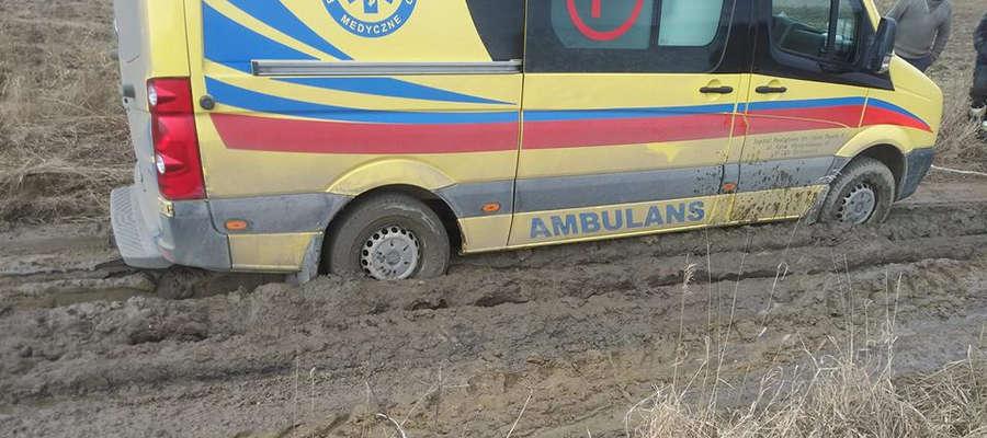 Karetka utknęła 15 marca na drodze gruntowej w Sułowie w gm. Bisztynek