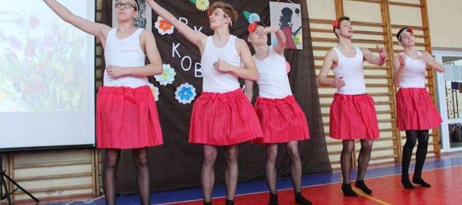 """Fot.—Uczniowie ze Szkoły Podstawowej w Kiwitach w parodii """"Jeziora Łabędziego"""""""